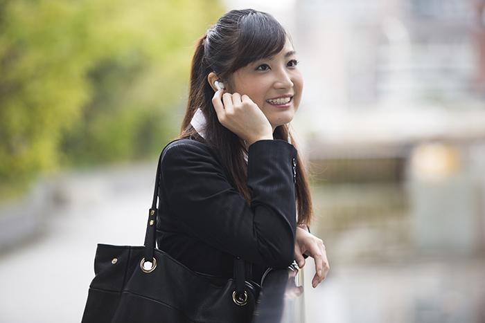 iPhoneを持っている女性